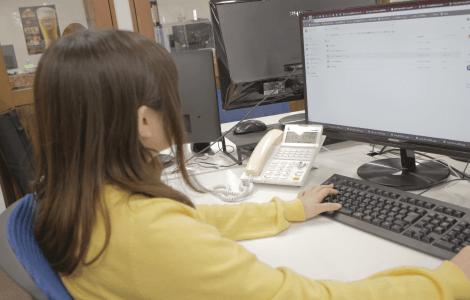 デスクワークをする女性社員