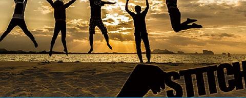 砂浜でみんなでジャンプ